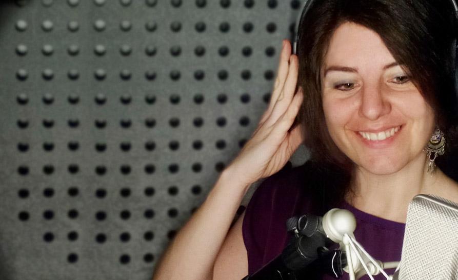 Rosor Foret gravant una peça d'àudio en un estudi