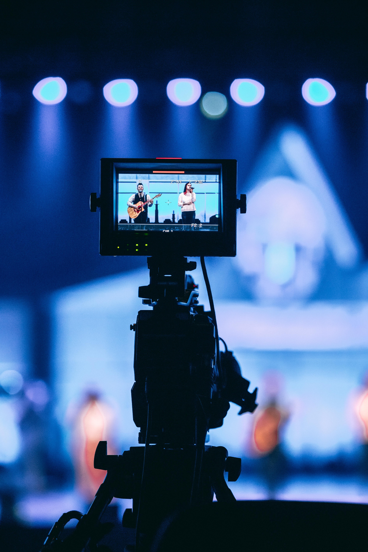 Una càmera enregistra un concert en directe
